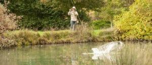 Combat avec le poisson durant la pêche