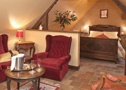 Chambre rouge lit et salon