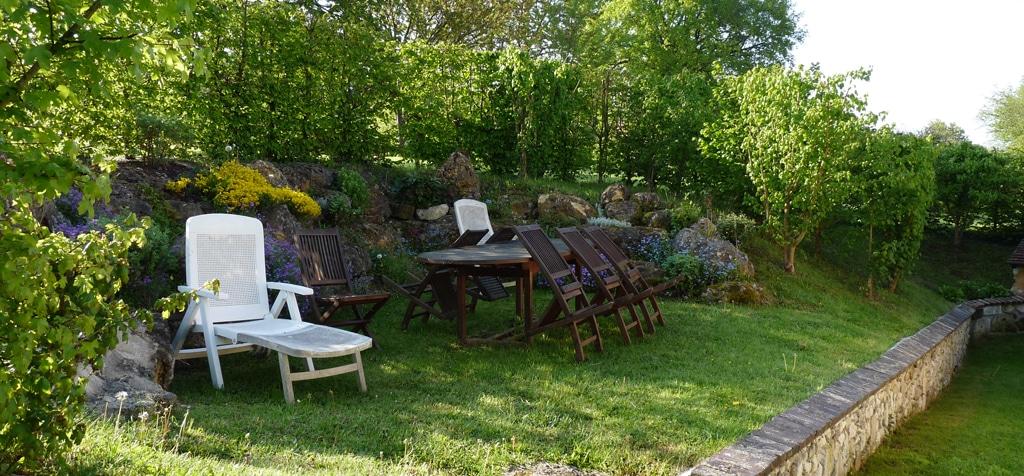 Terrasse de gîte avec chaises et table